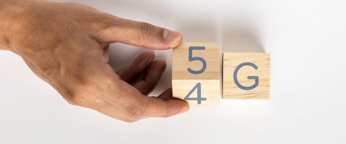 5g, un danger éthique - personne qui passe de la 4g à la 5g