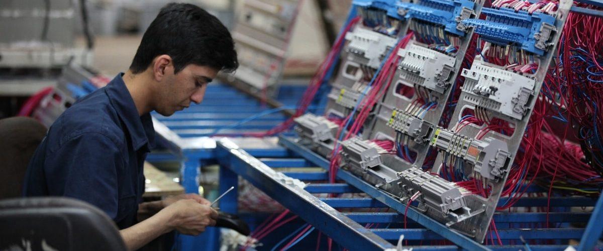 Image de couverture metiers précaires du web : personne en usine