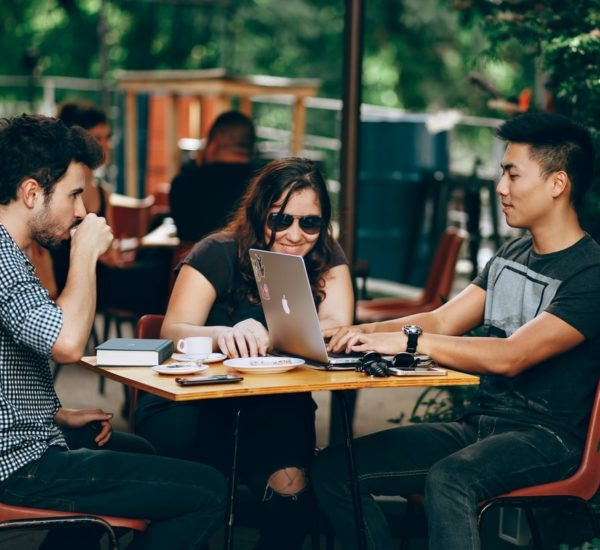 Image de couverture : groupe assis autour d'une table - association numérique responsable