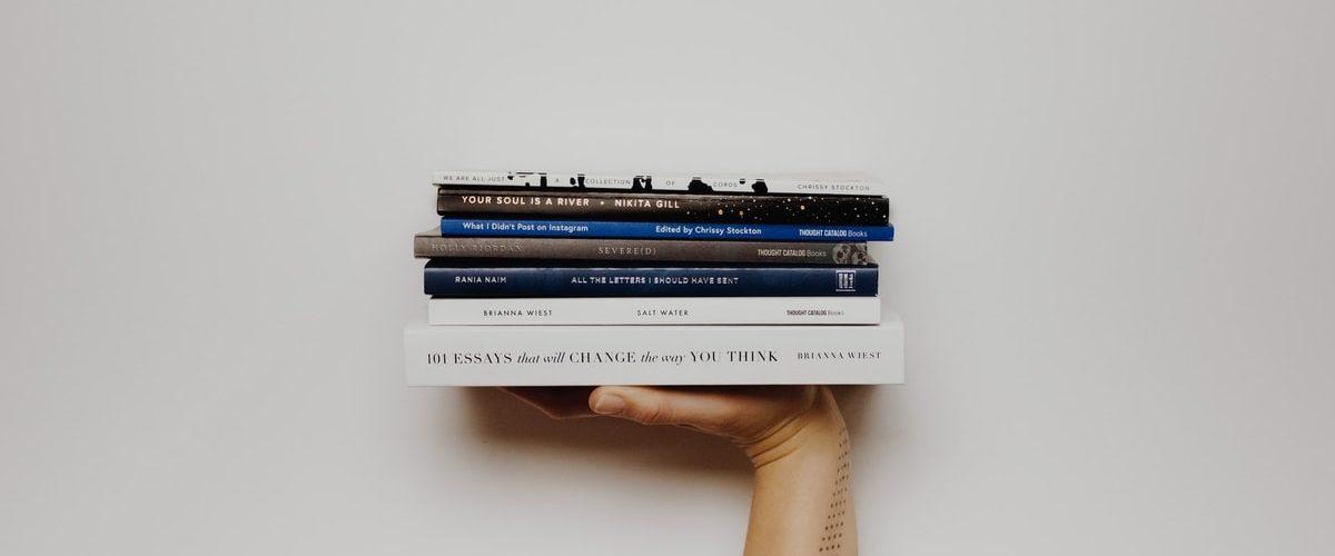 Image de couverture : pile de livres sur le numérique responsable